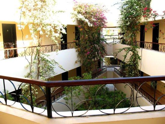 LABRANDA Club Makadi:                   Внутренний дворик корпуса