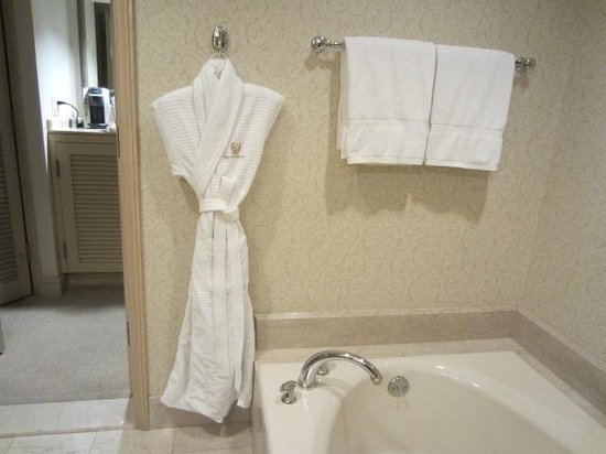 The Phoenician, A Luxury Collection Resort, Scottsdale: Bathroom robes