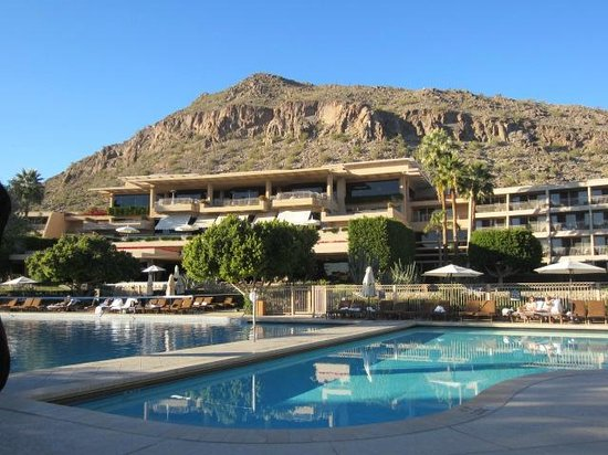 The Phoenician, Scottsdale: Pool view from Center for Well being return