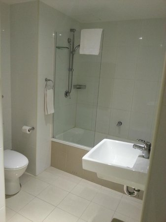 Meriton Suites Pitt Street, Sydney: 1 Bedroom Apartment - Bathroom