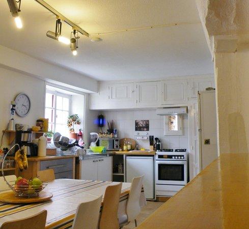 Surf Hostel Bed & Breakfast : Kitchen