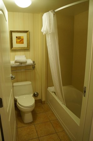 Homewood Suites by Hilton Las Vegas Airport: 2 bathrooms in a 1 bedroom suite