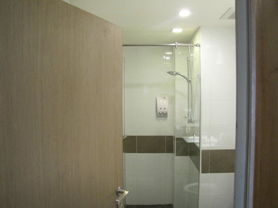 The ASHLEE Plaza Patong Hotel & Spa: shower unit