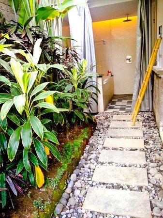 The Lokha Umalas Villas & Spa: open air jacuzzi and shower