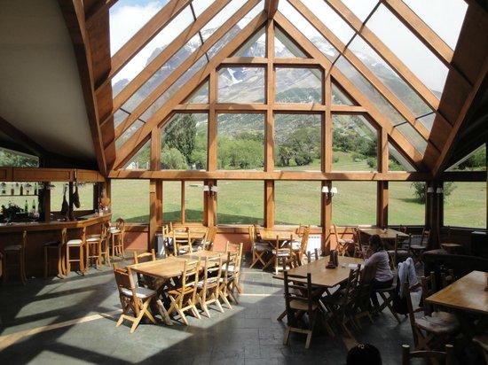 Las Torres Patagonia:                   o bar no grande salão central