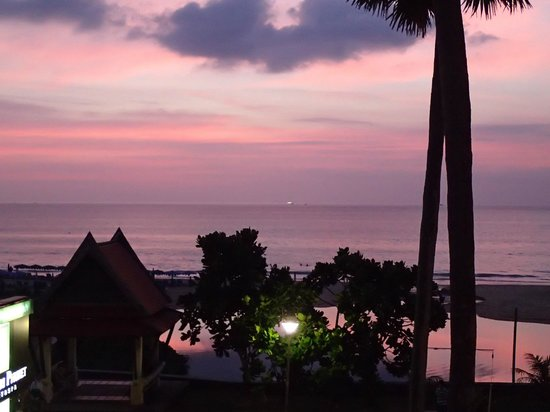 Woraburi Phuket Resort & Spa:                   fabulous sunset that almost makes you forget the hotel