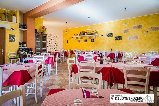 A Kilometrozero: Interno Sala Ristorante  a Kilmetrozero Supersano.