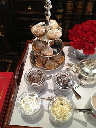 Egerton House Hotel: hot chocolate in drawing room