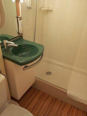 Ibis Blois Vallée Maillard : Bathroom