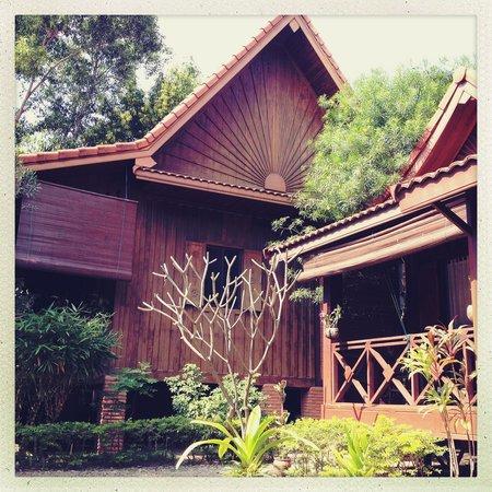 Auberge Sala Inpeng (Mekong Riverside Inn):                   Wooden bungalows in garden setting