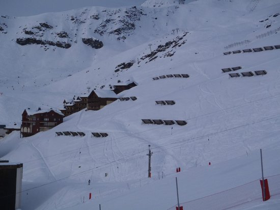 Chalet Le Sommet : View of the Chalet & Trail to piste