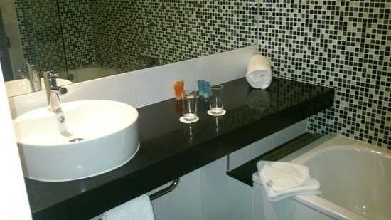Clayton Hotel Galway:                   bathroom