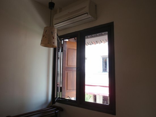 Tang House: Single Room with air-conditioner, double layer window to block out hot sunlight