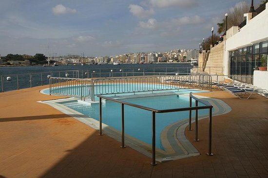 Hotel Fortina : Fortina open pool on edge of Sliema inlet