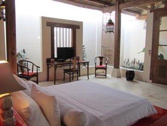 Bali Ginger Suites & Villa: Shikumen Suite Romantic honeymoon suite with luxurious bed centre stage.