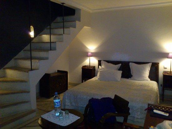 Riad Alma: habitacion y escalera de subida al baño
