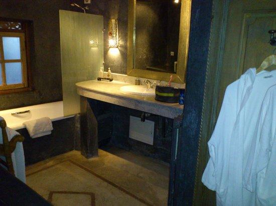 Riad Alma: Baño en la planta superior