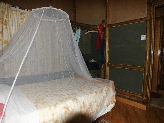 Arcadia Cottages, Lake Mburo: Bed with storage space.