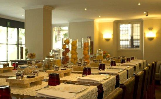 TownHouse 31 : Breakfast Table