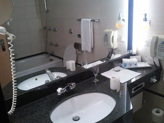 Maritim Hotel Frankfurt / Main:                   Bathroom, no jacuzzi