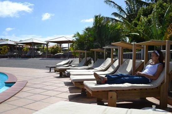 HOTEL CAP MACABOU: originales ces chaises longues en bois et pare soleil intégré