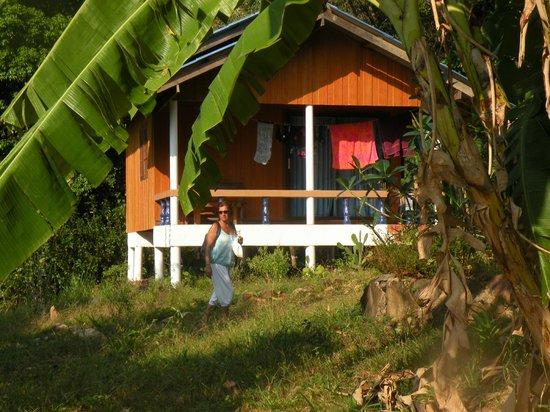 Elephant and Castle Bungalows:                   Heerlijke bungalow met balkon aan de voet van de berg.