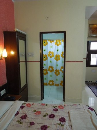 Sunder Palace Guest House:                   View from room into bathroom
