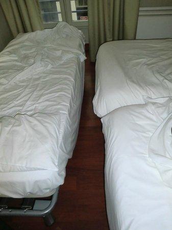 Victoria Hotel: Chambre minuscule pour 4 personnes 