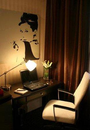 Artmore Hotel: Guest Room Desk