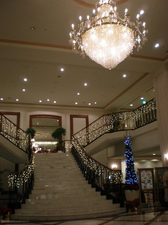 Hotel Nikko Princess Kyoto: ロビーのシャンデリア