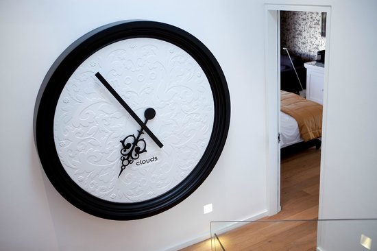 Clouds Wine & Guest Estate: MOOOI clock