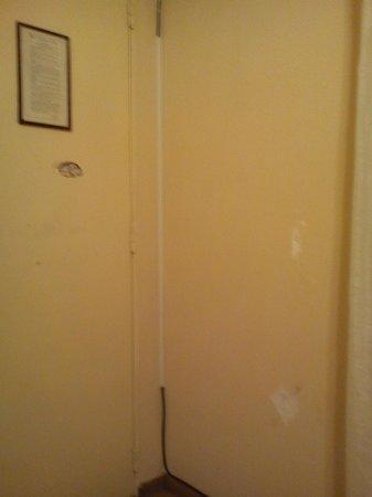 Hotel Castelmar : el agujero de la puerta