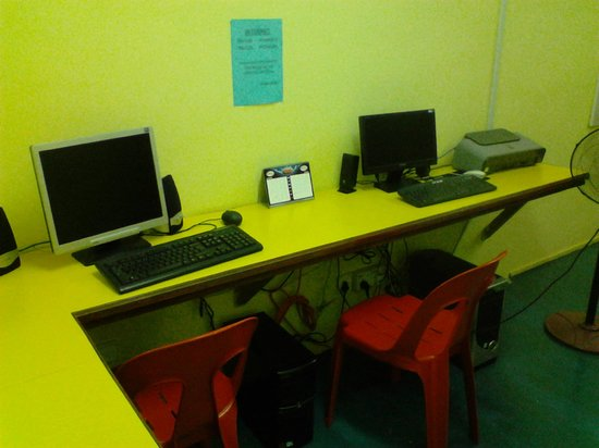 Sandakan Backpackers Hostel:                   computer room