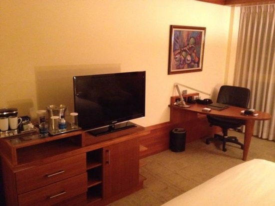 Hilton Trinidad and Conference Centre: Desk and TV