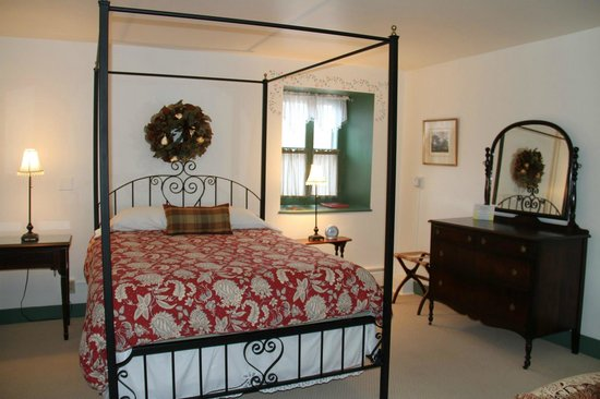 Altamont Old Stone House Inn: Our comfortable bed