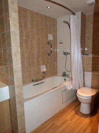 The Castle & Ball Hotel: Lovely modern bathroom