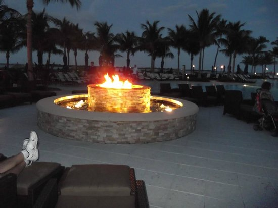 Hawks Cay Resort: The firepit is lit every night