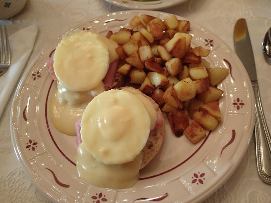 Mary-Penn Bed & Breakfast: Eggs Benedict with hashbrowns. Also fresh fruit.