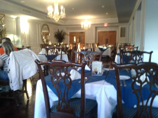 Boone Tavern Hotel:                   Dining room before the crowd gathered