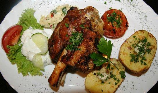 Grill-Haus :                   Schweinshaxe mit Grillkartoffeln