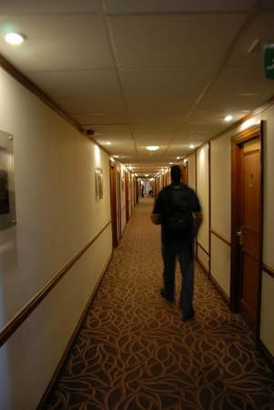The Aberdeen Altens Hotel: Walking down the long passage