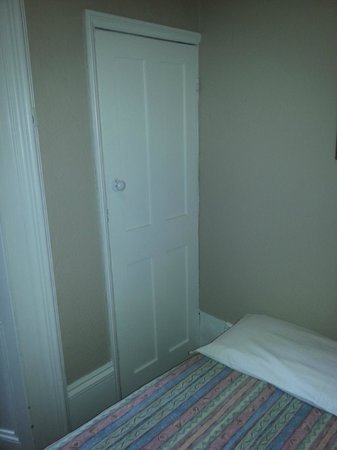 Curzon House Hotel: Door to loo - bed that close!