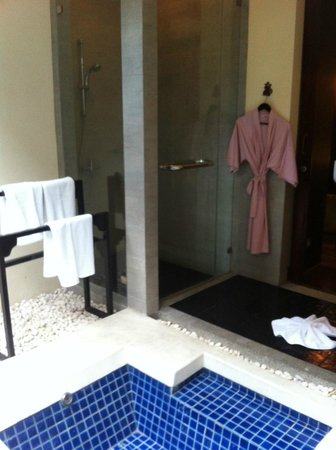 The Briza Beach Resort Samui:                   Bathroom