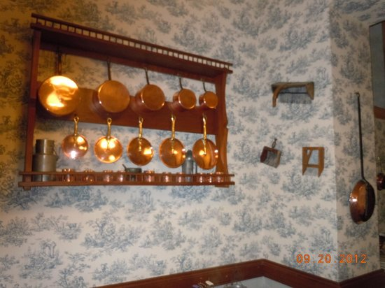 Hotel du Lion d'Or:                   Wall decorations in dining room