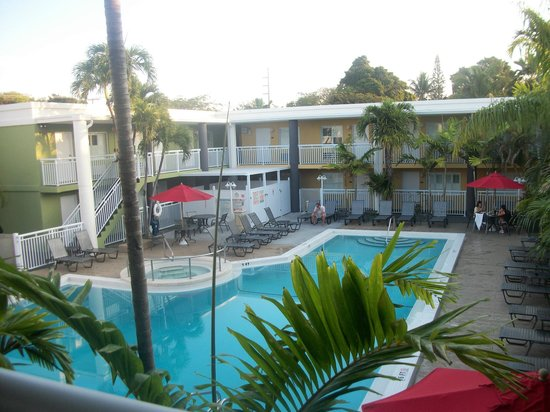 Best Western Hibiscus Motel: Pool area, excellent location for your breakfast they provide.