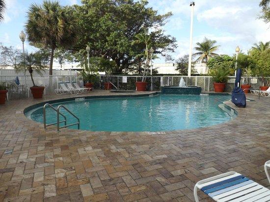 pool area picture of springhill suites fort lauderdale. Black Bedroom Furniture Sets. Home Design Ideas