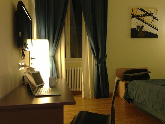 Rome Armony Suites : double glazed window overlooking Via Cola di Rienzo