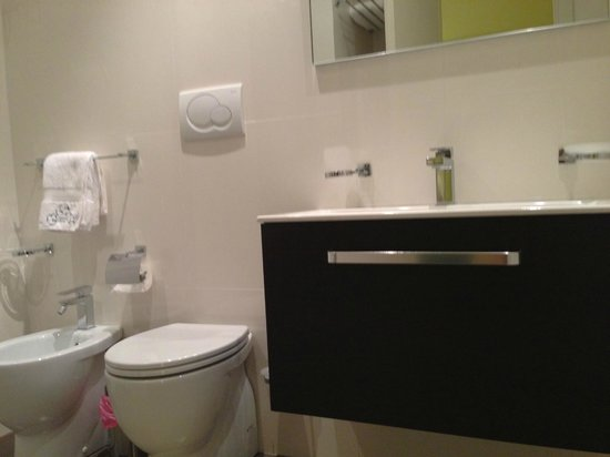 Rome Armony Suites: modern, fully equipped bathroom