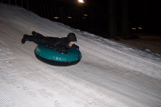 ‪وودلوخ باينز ريزورت:                   Night time snow tubing!