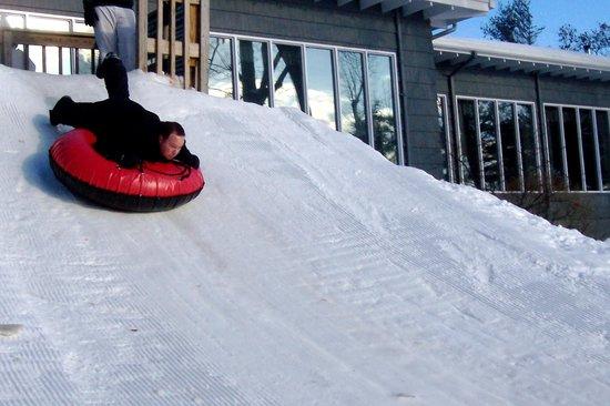 وودلوخ باينز ريزورت:                   snow tubing hill                 